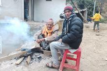 这里能看到的是欢笑和快乐!偏远的山区,老人围着碳火取暖老人,满脸的笑容,英俊潇洒的小帅哥快乐的笑脸,