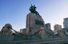 成吉思汗广场位于蒙古国乌兰巴托市中心。广场中央立有苏赫巴托尔纪念碑,碑顶有达木丁·苏赫巴托尔的骑马雕