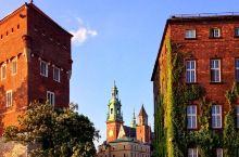 瓦维尔(Wawel)城堡是一座坚固的建筑群,在波兰克拉科夫维斯杜拉河左岸的石灰岩露头上竖立了多个世纪
