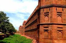 红堡是印度德里市的一座历史性堡垒,曾是莫卧儿皇帝的主要住所。 沙贾汗(Shah Jahan)皇帝于1