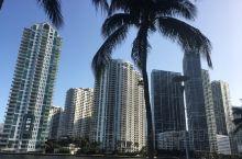 迈阿密南滩是全美国著名的旅游景点之一,该海滩可谓是休闲舒适于时尚潮流的结合,奢华、绚丽生活方式和生活