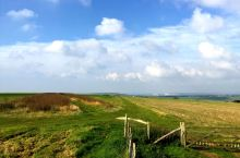 南部丘陵遍布英格兰东南沿海各县的白垩丘陵地带,从西部的汉普郡的伊滕河谷到东部的东萨塞克斯郡的伊斯特本