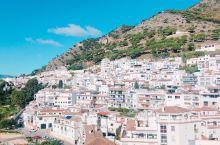 #西班牙[地点]#米哈斯-以白色房屋妆点的小镇  优美的街景,彷佛令人有股身处希腊的错觉。  有很多