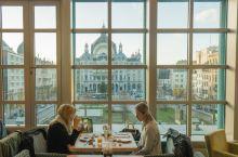 比利时|安特卫普吃喝玩乐攻略  住 安特卫普车站对面的酒店位置极好,餐厅的大玻璃窗就是欣赏车站的最佳