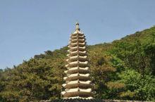 清凉山风景区,位于鞍山市岫岩满族自治县东北部的汤沟镇,因其山深林密、气候温润凉爽而得名。景区以石怪、