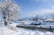 纯白的世界  坐上富山往五崮山方向的火车,窗外的雪花越来越多,越来越密,两旁的屋顶堆满厚厚的积雪,屋