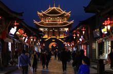 会理古城夜景还是很美的,灯光将古建筑的房檐勾勒出来,增添了不少韵味。