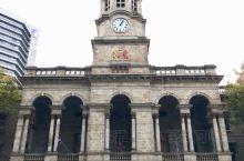 阿德莱德市政厅由时任阿德莱德市长的埃德蒙•怀特建造,工程奠基于1863年5月4日,1866年6月20