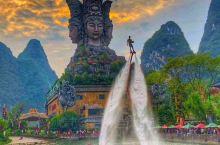 【#浪漫的事】走近桂林千古情景区,首先会走过由16根图腾组成的纪年大道,回眸这些图腾,便是翻阅桂林万