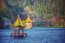 在庐山之上有一处大坝,大坝这个地方就是芦林湖,位于庐山海拔1040米的东谷芦林盆地,从湖边的介绍而看
