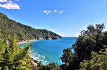 意大利的五渔村是五个依山傍海的小村庄的统称,是散落在地中海海岸线上的五颗耀眼的明珠,是现代版的世外桃