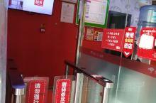 这是位于雄安新区内的京东无人超市,因为旁边是雄安新区市民服务中心接驳公交的停靠点,所以生意还不错。图