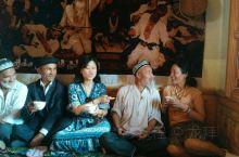 老公当你老了,也要很逗女人喜欢。喀什百年老茶馆喝下午茶,享受新疆当地维吾尔族光芒四射的阳光生活。和新