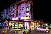 兹拉蒂博尔位于塞尔维亚的西南山区,是一个纯粹的旅游休闲小镇,布满了各类酒店,餐厅,民宿,咖啡厅和各种