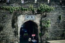当年台州城的城墙,依山邻水,因地制宜,戚继光主理建造,不愧为江南长城