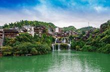 芙蓉古镇镇子不算太大而且当地居民也不是很多,但当第一次看见瀑布上的吊脚楼时,还是会有些惊艳的。  2