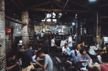 打卡重庆交通茶馆,时光镌刻的老重庆印记  交通茶馆是重庆保留最完好的老茶馆。茶馆藏在街道旁的阶梯底下