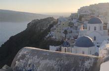 希腊圣托里尼蓝顶教堂,俯瞰爱琴海。