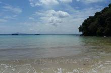 这个沙滩很漂亮,沙很细,踩着舒服