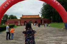 明显陵是明代帝陵中单体面积最大的皇陵,到达明显陵,首先映入眼帘的是景区的牌坊,从显陵第一道门进入后,