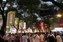 西安回民街位于西安古城内的中心地带,入口就在钟楼的一侧,游客通常由钟鼓楼广场下的地下通道进出回民街,