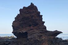 火山海岸·坠入深渊的帆船  曾经被岩浆覆盖的海岸, 如今被海水侵蚀。 火山岩碎的七零八落, 唯独中央