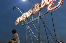 cruise by the bay 是马尼拉最好的观看落日的地方,每天6点左右长长的堤坝一扫白天烈日
