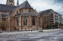 一个很高大的建筑,这座教堂很欢就能看到,几百年的历史了
