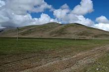 羌塘草原平均海拔在4500米以上,是西藏面积最大的纯天然草原! 这里有多样的地貌,起伏的山坡尽是美丽