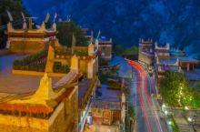 仲夏的丹巴甲居藏寨,蓝天白云,花红果香,一栋栋臧羌风格的民居依山而建,错落有致,别有风情,独具韵味。