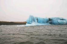 杰古沙龙湖是冰岛最著名、最大的冰川湖,湖面上飘浮着形状各异的超大冰块。这片冰雪覆盖着的美丽岛屿,吸引
