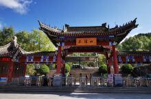 麦积山位于甘肃省天水市麦积区,是小陇山的一座孤峰,高142米,因山形似麦垛而得名。麦积山石窟始建于3