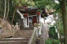 昨天上午我们一行人去游台州赤城山。赤城山因山上赤石屏列如城,望之如霞,故名。山上有石洞十二个,以紫云