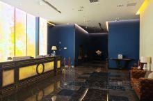 南京荟枫k hotel酒店位置很好,就在天印大道地铁口出来就到。酒店硬件不错,创新配置了投影屏幕代替