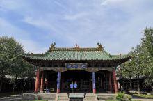 大同第二天  孔庙、关帝庙、帝君庙、关帝庙、鼓楼、纯阳宫,下午护城河划船,晚上夜市     中国很多