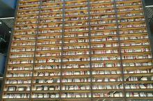 新天地里面的书柜真的成为一道亮丽的风景区!几千本书折叠的很有气势,让人留恋往返,购物休闲的好去处。
