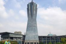 西湖文化广场位于杭州武林广场运河北侧,集文化、娱乐、演出、展览、健身等一体。广场主塔楼是浙江环球中心