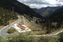 十八盘是318国道走过折多山以后一个连续弯道,走到山顶有观景台,在那里停车拍照比较安全。