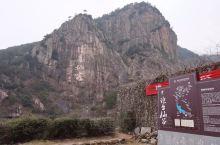 琼台仙谷在县城西北8公里处。这里是典型的花岗岩峡谷景区,素有小黄山之誉。栈道尽头处,远远能望见横跨湖