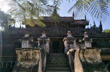 金色宫殿柚木寺,位于缅甸第二大城市曼德勒。这是一座传统的缅式柚木建筑,整幢建筑物就是一件大型的木雕艺