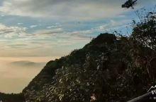 三清山云海很赞,晚霞在夕阳的映照下光彩炫目,雾气上来,山峦层层墨染,远近交错,一副水墨山水画尽显眼前