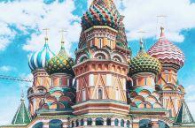 圣瓦西里大教堂(华西里·伯拉仁内教堂)位于俄罗斯首都莫斯科市中心的红场南端,紧傍克里姆林宫。由俄罗斯