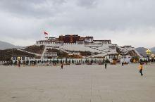 布达拉宫,西藏和拉萨的象征,也是它们标志性建筑,布达拉宫集宫殿,城堡和寺院于一体,这是一个非常宏伟的