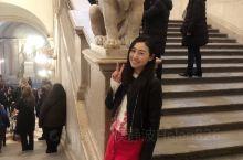 马德里皇宫据说是仅次于法国凡尔赛宫的宫殿~内部富丽堂皇~藏有无数金银器皿~我最喜欢图3的餐厅~喜欢到