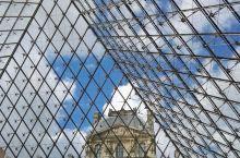 罗浮宫的玻璃金字塔是著名华籍设计师贝律铭设计,玻璃金字塔就像剔透的精灵一般,矗立在卢浮宫前的广场上,
