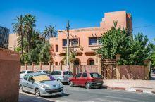 马拉喀什是一座历史悠久的古城,以红色的城市而闻名于世。 城区周围有长度为10公里的城墙,这是典型的中
