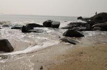 大浪湾赋 千回百转击沉沙, 一揽蓝天泛浪花。 水接云端翻玉练, 波连海岸起烟霞。 台山市铜鼓,大浪湾