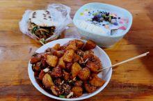 峨眉山小吃攻略 搭配肥肠、牛肉的咔饼!  咔饼是四川乐山的特色小吃之一,在外形上和肉夹馍有些相似,而