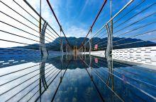 咸宁柃蜜小镇有着华中首座9D玻璃天桥,横跨两座观景云台,其桥面海拔320米,长度248米,可同时容纳