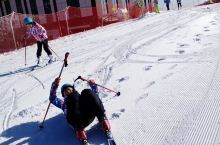 在横冲不仅仅因为滑雪而让大家欢乐不已,在体验滑雪带来的快感之外,可以静静地欣赏远处的风车、雪山、雾松